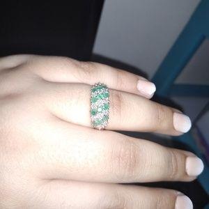 Jewelry - 10k GREEN EMERALD RING